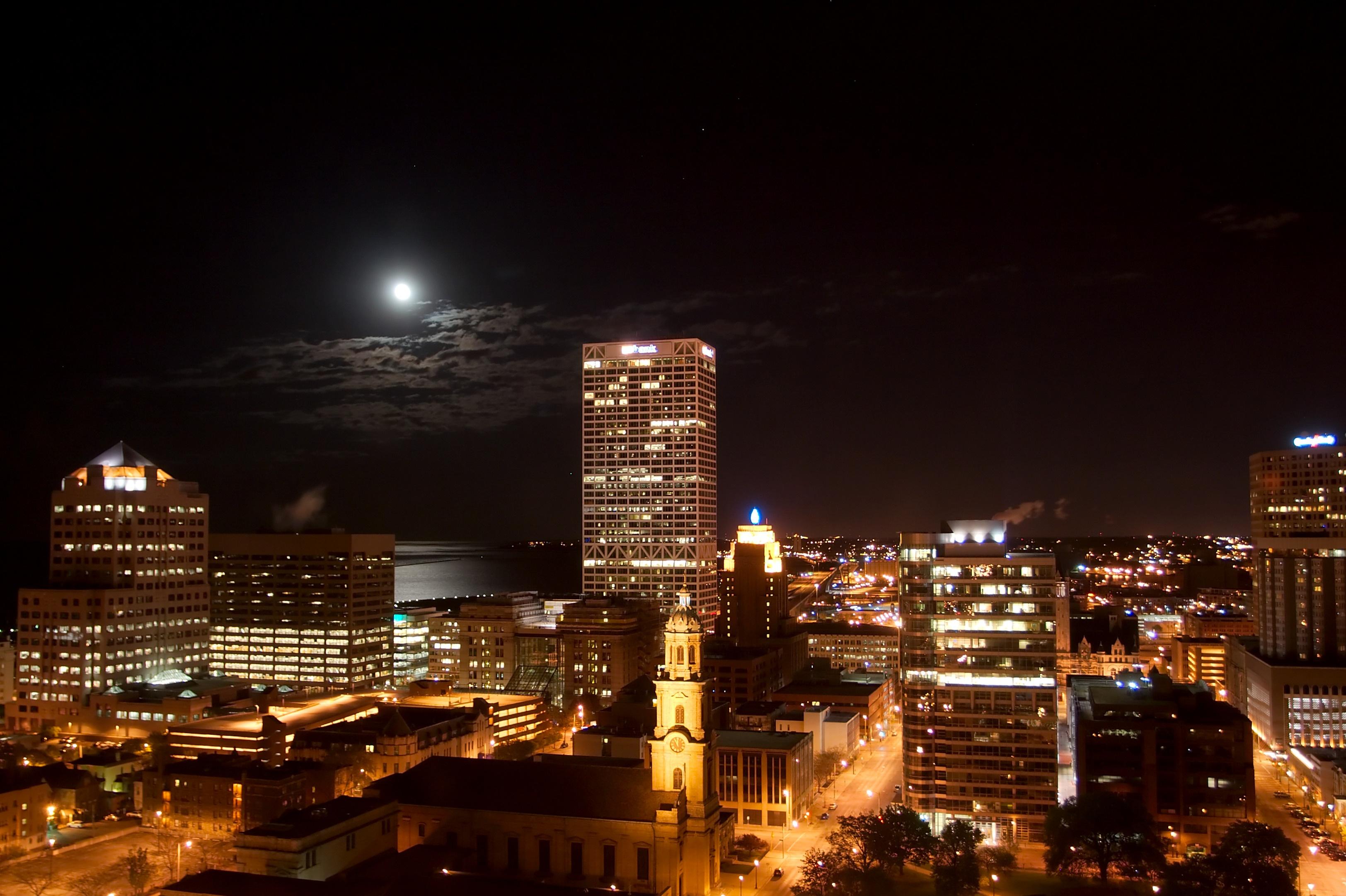 Milwaukee_Wisconsin_at_night_5441.jpg