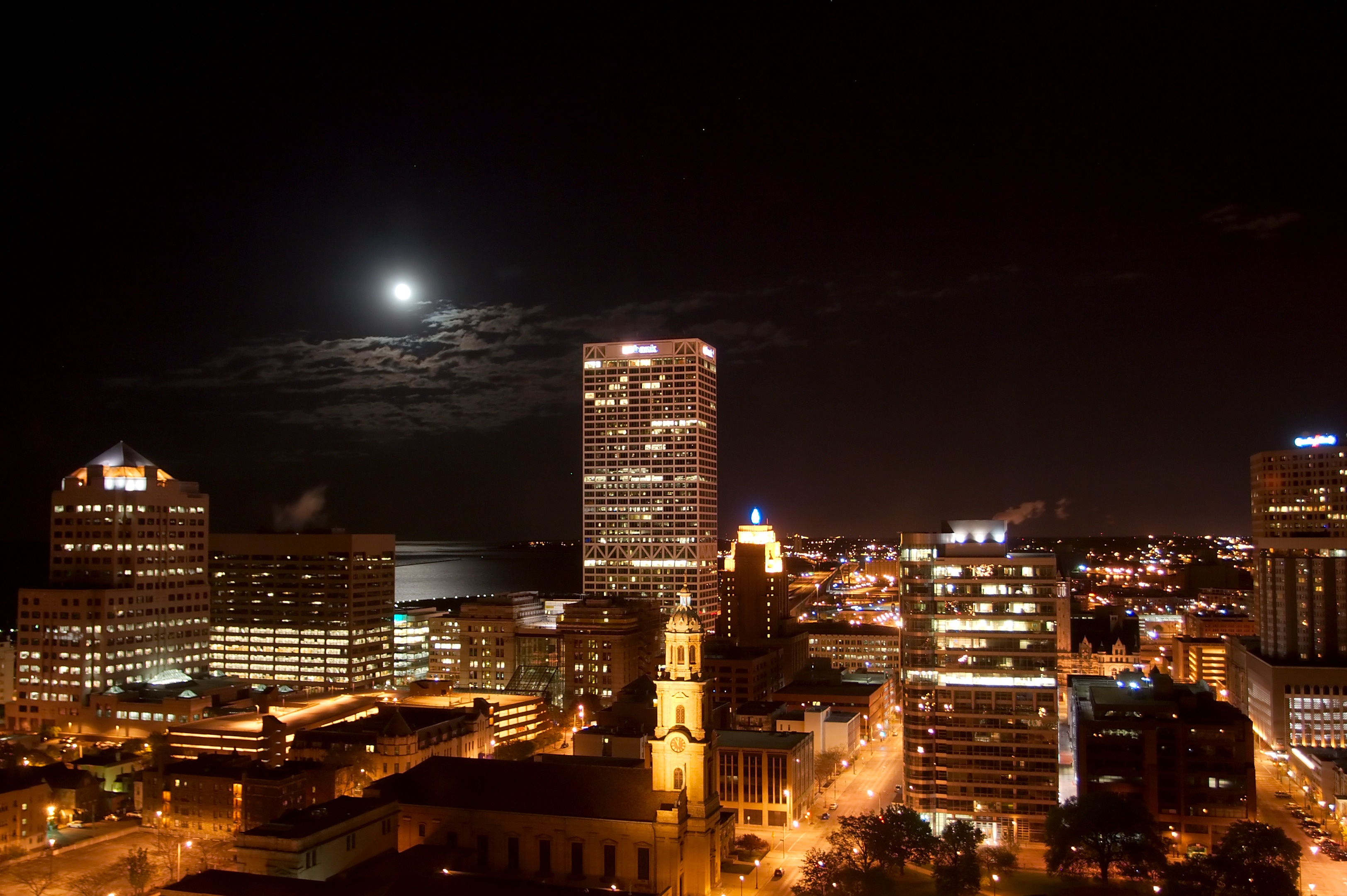 Milwaukee_Wisconsin_at_night_5441.jpg